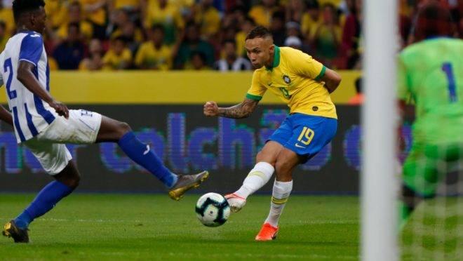 Everton jogou nesse domingo no amistoso da seleção e é um dos mais cotados para ser negociado durante a competição. (Photo by Jeferson Guareze / AFP)