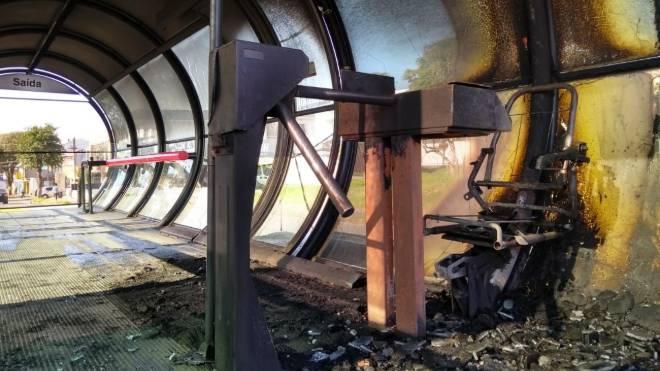Estação-tubo Vila São Pedro, no bairro Xaxim, em Curitiba, destruída por incêndio.