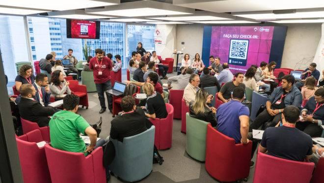 Reunião no Inovabra habitat, incubadora de startups do banco Bradesco.