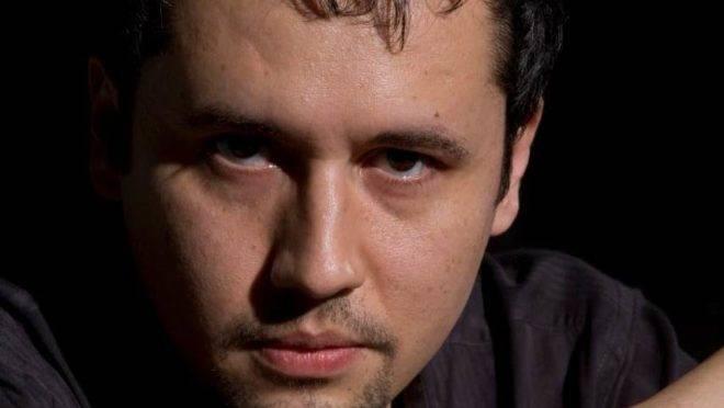 Roberto Alvim (foto) é um dos mais premiados diretores de teatro do Brasil.