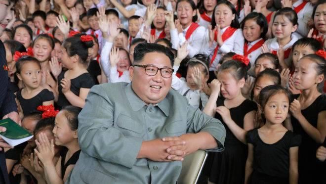 Kim Jong-un em visita ao Palácio de Jornada para Aprendizagem das 250 milhas, na província de Jagang na Coreia do Norte