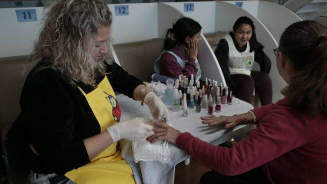Olinda Rodrigues faz trabalho como manicure voluntária no Hospital Pequeno Príncipe
