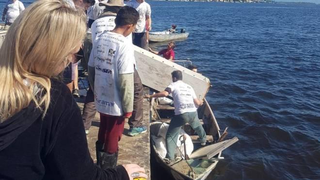 Geladeira é retirada do mar no mutirão de limpeza em Guaratuba.