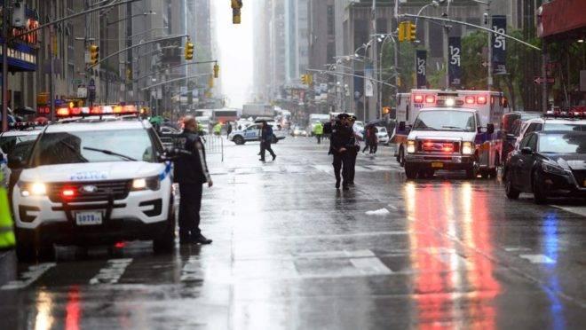 Helicóptero bate contra prédio em Nova York
