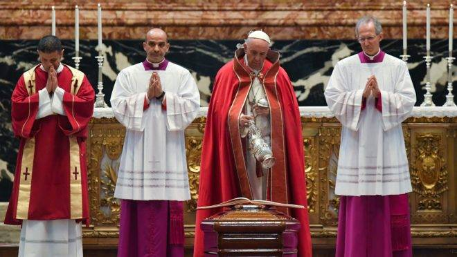 Papa Francisco durante o funeral do cardeal Elio Sgreccia, ex-presidente da Pontifícia Academia para a Vida.