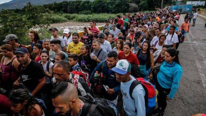 Pessoas fazem fila para atravessar a Ponte Internacional Simon Bolivar de San Antonio del Tachira, na Venezuela, para Cucuta, na Colômbia, em 9 de junho. A reabertura parcial das pontes na fronteira com a Colômbia trouxe um pouco de alívio aos Venezuelanos. Milhares atravessaram para comprar alimentos ou buscar assistência médica