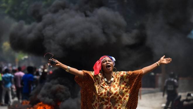 Manifestante durante protesto contra o governo haitiano em Porto Príncipe