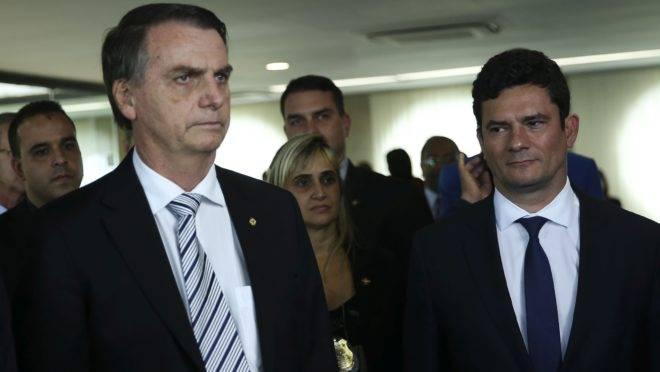 O presidente Jair Bolsonaro ao lado do ministro da Justiça, Sérgio Moro.
