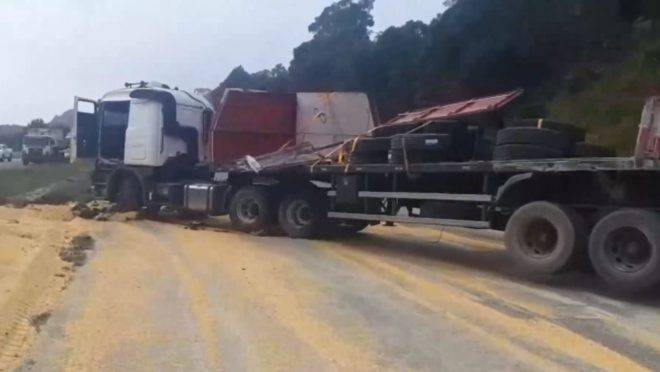 Pneus amarrados em caminhão tombado