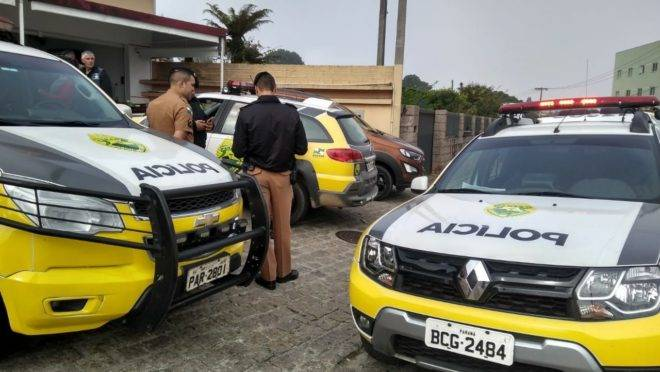 Diversas viaturas da PM atenderam a ocorrência do falso policial no banco de Quatro Barras.