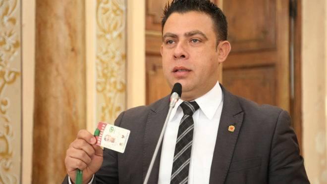 Vereador Rogério Campos (PSC) mostra crachá de trabalhador do transporte coletivo