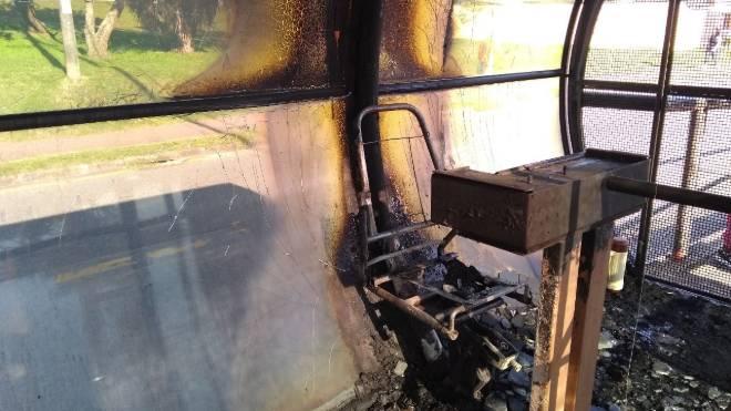 Estação-tubo Vila São Pedro em Curitiba incendiada.
