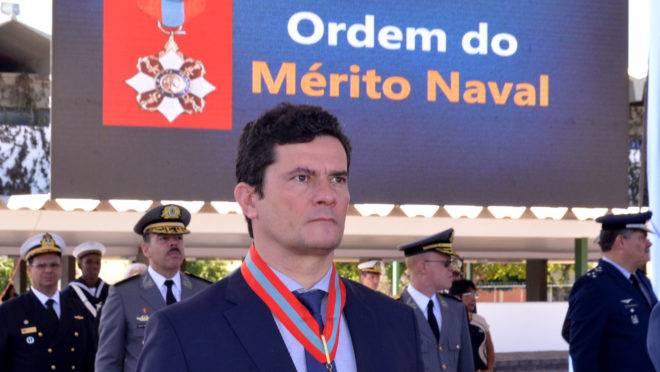 O ministro da Justiça, Sergio Moro, recebe a Ordem do Mérito Naval. Foto: Isaac Amorim/MJ