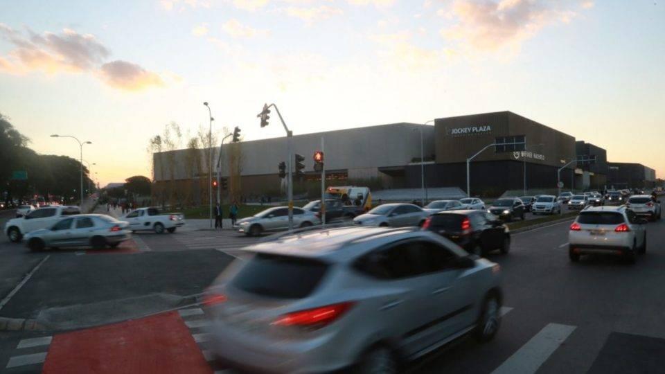 Trânsito intenso atrasa linhas de ônibus que passam perto do novo shopping de Curitiba
