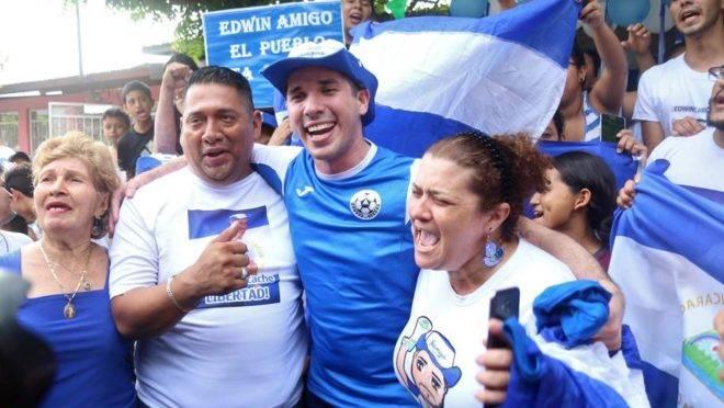Edwin Carcache (ao centro) comemora com os seus pais após ser libertado da prisão, em Manágua, Nicarágua, 11 de junho. Um grupo de prisioneiros políticos de oposição ao regime do ditador Daniel Ortega foi liberado após a aprovação de uma controversa lei de anistia