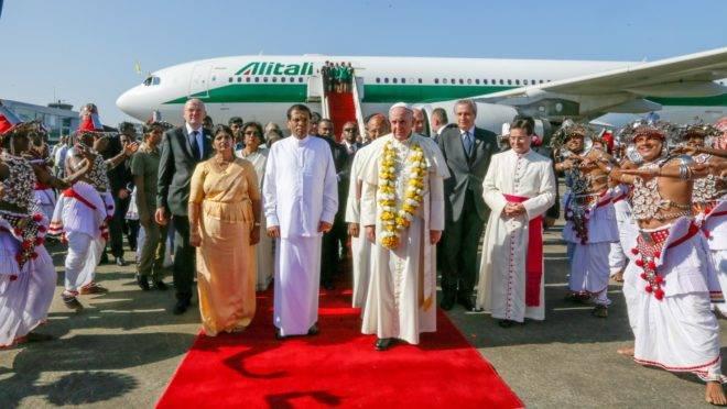 O papa em visita ao Sri Lanka, país de maioria budista, em 2015.