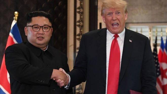 O ditador norte-coreano, Kim Jong-un, e o presidente dos EUA, Donald Trump, se cumprimentam durante o histórico primeiro encontro entre líderes dos dois países, em 12 de junho de 2018, em Cingapura