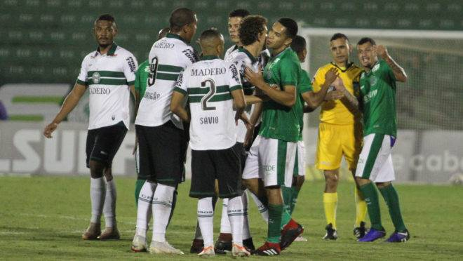 Jogadores de Coritiba e Guarani reclamam com o árbitro