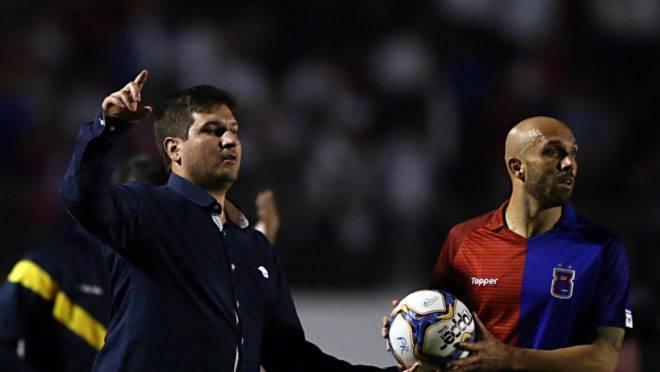 Técnico Matheus Costa, do Paraná, no jogo com o Operário. Foto: Albari Rosa/Gazeta do Povo