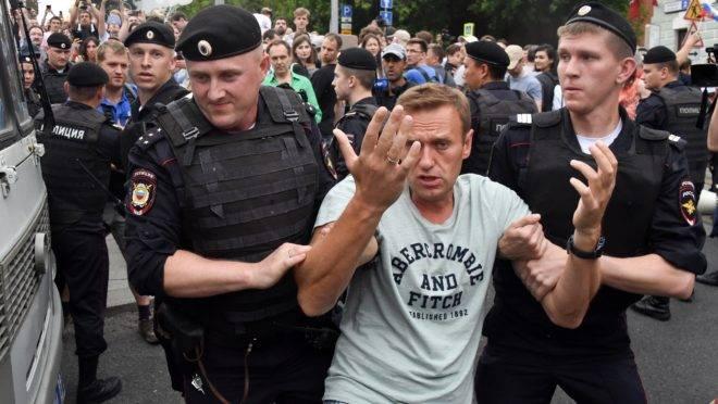 Policiais russos detêm o líder da oposição, Alexei Navalny, durante um protesto pela punição dos policiais envolvidos na prisão do jornalista Ivan Golunov