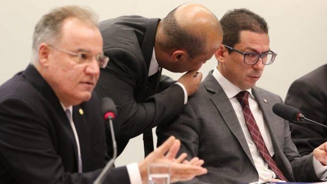 O relator na comissão especial da reforma da Previdência (PEC 6/19), deputado Samuel Moreira, e o presidente da comissão especial, deputado Marcelo Ramos, durante reunião da comissão especial.
