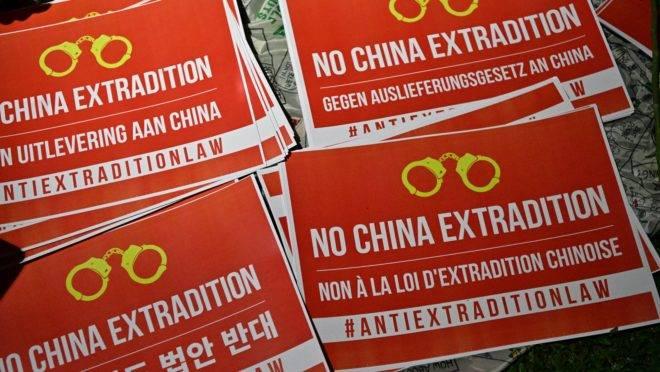 Cartazes contra a nova lei de extradição de Hong Kong.