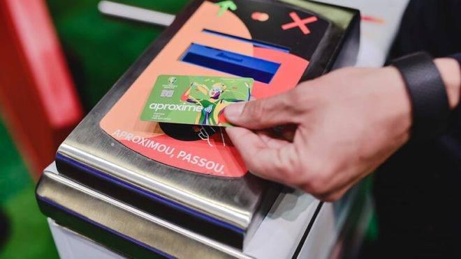 Transação por aproximação do cartão da catraca desenvolvida pela Mastercard para a Copa América.
