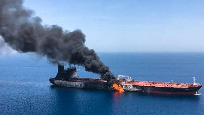 Uma foto obtida pela Agência de Notícias Iraniana (ISP) em 13 de junho de 2019 mostra que há incêndio e fumaça em um navio petroleiro que teria sido atacado nas águas do Golfo de Omã