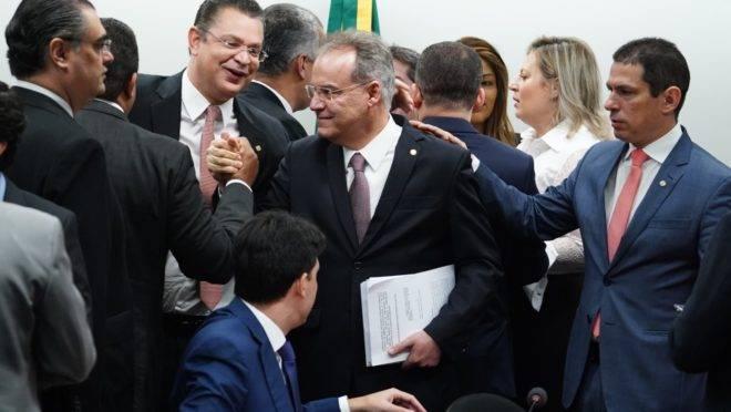 O relator da reforma da Previdência, Samuel Moreira (PSDB-SP), ao chegar à sessão desta quinta-feira (13) da comissão especial da Câmara.