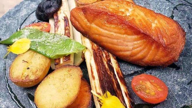 Legumes grelhados, salmão e molho de laranja, uma das opções de prato principal do almoço executivo do restaurante C La Vie. (Fotos/ Divulgação)