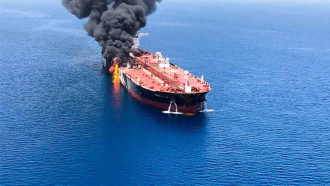 Incêndio em navio petroleiro atacado nas águas do Golfo de Omã