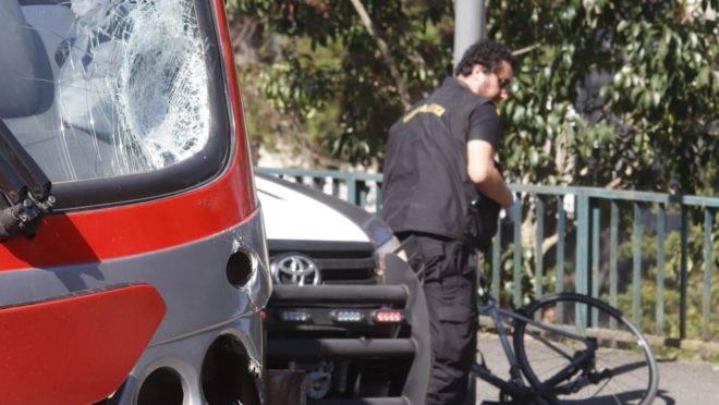 Perito retira a bicicleta após acidente com biarticulado no bairro Cristo Rei.