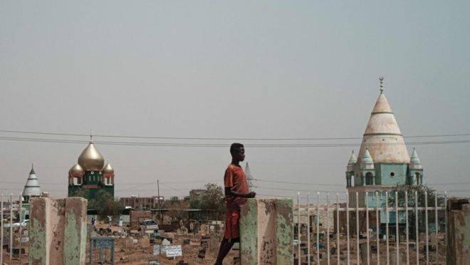 Homem em um cemitério em Omdurman, cidade vizinha à Cartum, capital do Sudão, 13 de junho