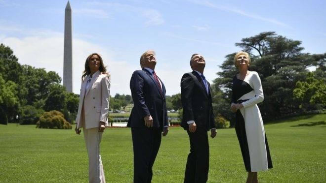 A primeira-dama dos EUA, Melania Trump; o presidente dos EUA, Donald Trump; o presidente da Polônia, Andrzej Duda e sua esposa Agata Kornhäuser observam caças F-35 que sobrevoam a Casa Branca, em 12 de junho, em Washington D.C. O presidente Trump anunciou durante o encontro que a Polônia estava encomendando mais 30 caças de combate F-35
