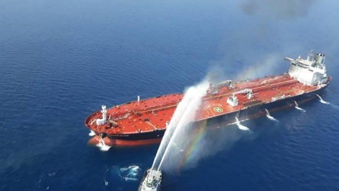 Foto da agência iraniana de notícias Tasnim mostra um navio da marinha iraniana tentando controlar o incêncio do petroleiro norueguês Front Altair, alvo se um suposto ataque nas águas do Golfo de Omã, 13 de junho