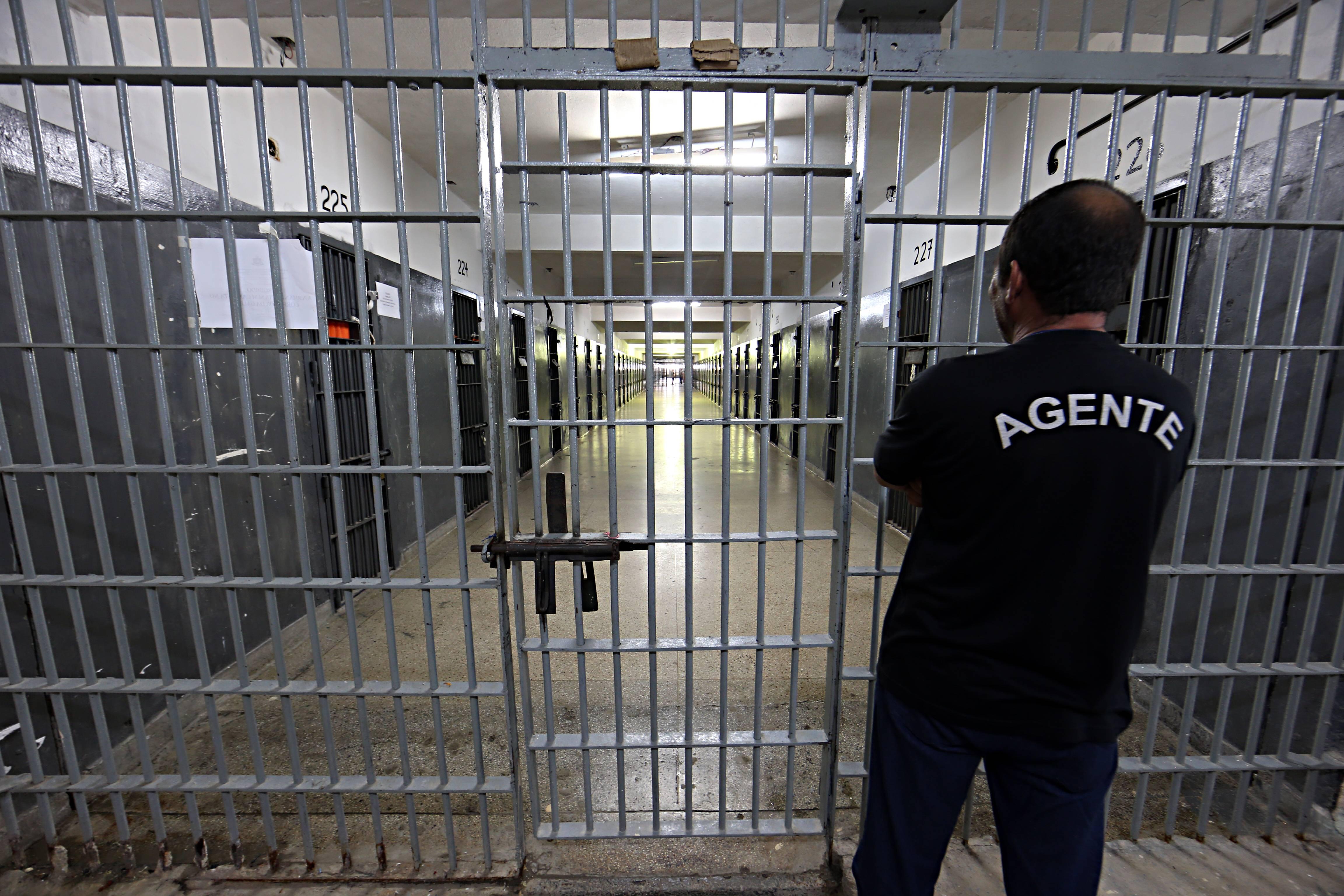 Agente dentro de presídio no Paraná.