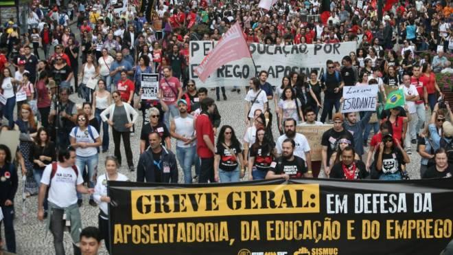 Manifestantes com faixas e cartazes contra a Reforma da Previdência