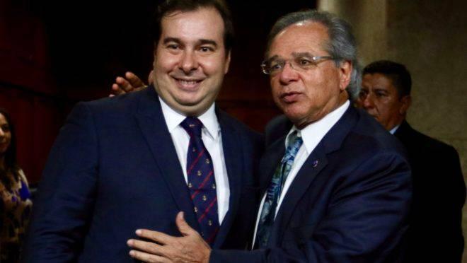 O presidente da Câmara, Rodrigo Maia, em encontro com o ministro da Economia, Paulo Guedes.