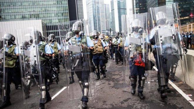 Polícia de choque em uma rua perto do Conselho Legislativo em Hong Kong em 12 de junho