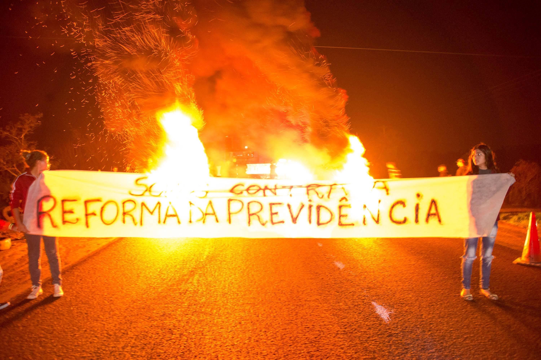 No Rio Grande do Sul, militantes do MST bloqueiaram a BR 290, no km 124, em Porto Alegre (RS), causando congestionamento na manhã desta sexta-feira (14). - Foto: EDUARDO TEIXEIRA/FUTURA PRESS/ESTADÃO CONTEÚDO