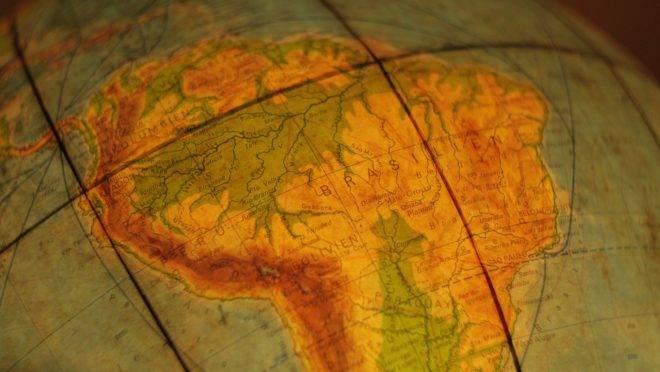 América do Sul com o Brasil em destaque em imagem do globo terrestre