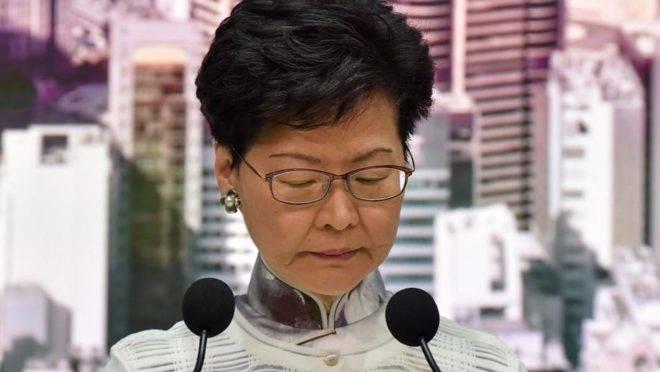 A chefe do Executivo de Hong Kong, Carrie Lam, em entrevista coletiva na sede do governo, 15 de junho. Lam anunciou a suspensão por tempo indeterminado da proposta de lei de extradição que levou a protestos em massa