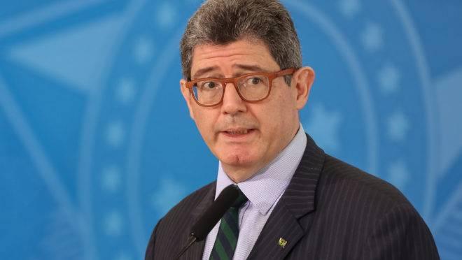 Joaquim Levy confirmou o pedido de demissão neste domingo (16) após receber duras críticas de Bolsonaro.