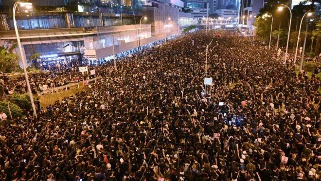 Milhares de manifestantes tomaram as ruas de Hong Kong neste domingo (16).