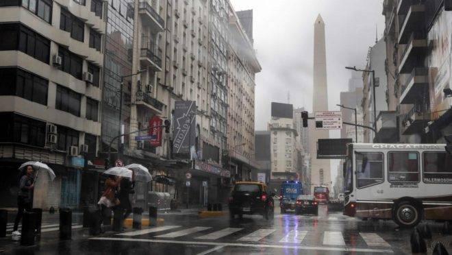 Carros circulam por ruas com semáforos apagados na Avenida 9 de Julio em Buenos Aires, durante apagão que atinge Argentina e Uruguai, 16 de junho