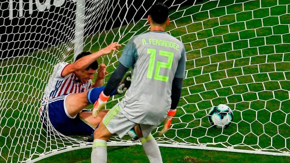 Bizarro! Paraguaio tenta evitar gol, fica preso na rede e tem suspeita de fratura