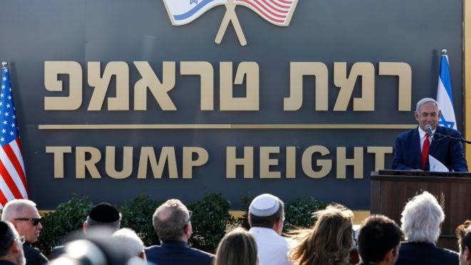 Primeiro-ministro de Israel, Benjamin Netanyahu, revela a placa do novo assentamento nomeado em homenagem a Donald Trump, presidente dos Estados Unidos