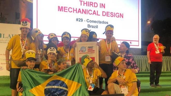 Alunos da Escola Municipal Durival Britto e Silva conquistaram o bronze na categoria de Design do Robô no torneio da Lego no Líbano.