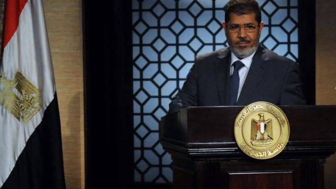 Foto de 25 de junho de 2012 mostra o recém-eleito presidente do Egito Mohamed Morsi, líder da Irmandade Muçulmana, durante discurso no estúdio da televisão estatal no Cairo após vencer as eleições. O ex-presidente morreu nesta segunda-feira, 7 de junho, em um hospital do Cairo após desmaiar em uma audiência em um tribunal