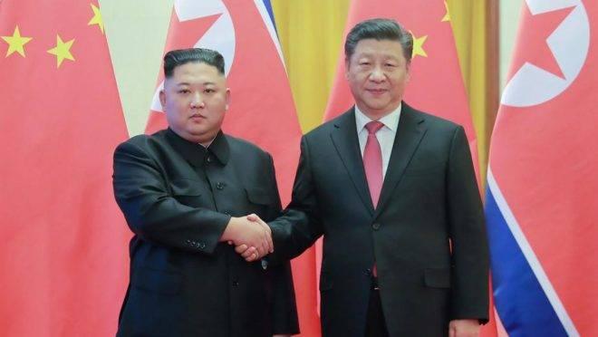 O ditador da Coreia do Norte, Kim Jong-un, em visita ao presidente da China, Xi Jinping, em 8 de janeiro